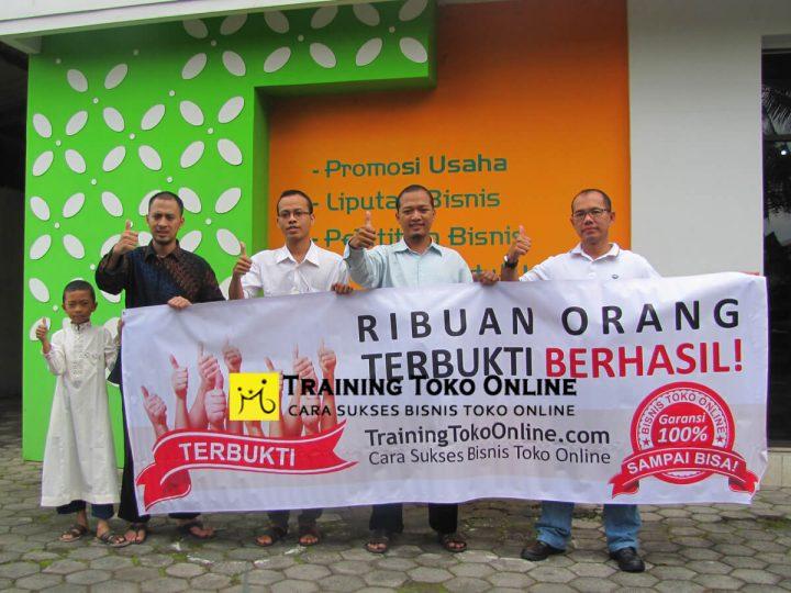 Foto bersama peserta training toko online