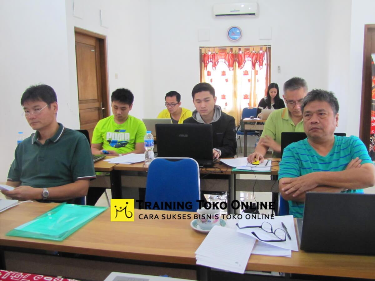 Para peserta serius mengikuti setiap materi training toko online