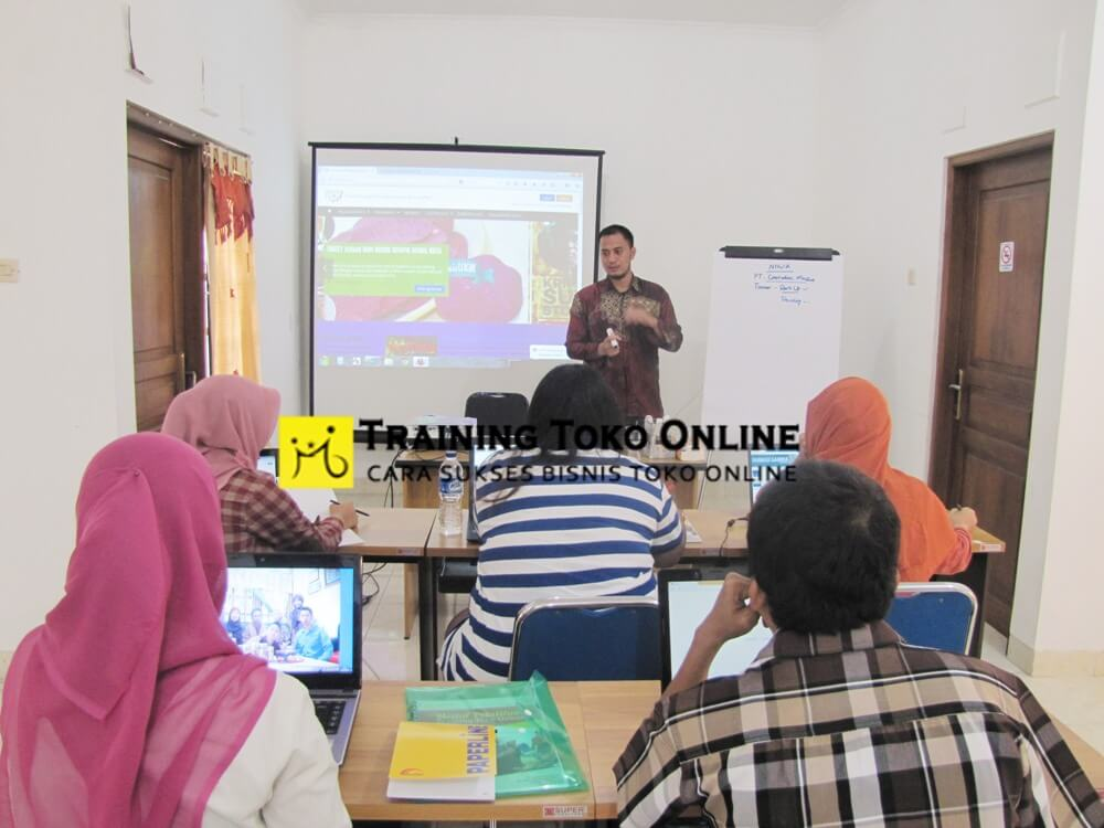 Penyampaian materi training toko online angkatan