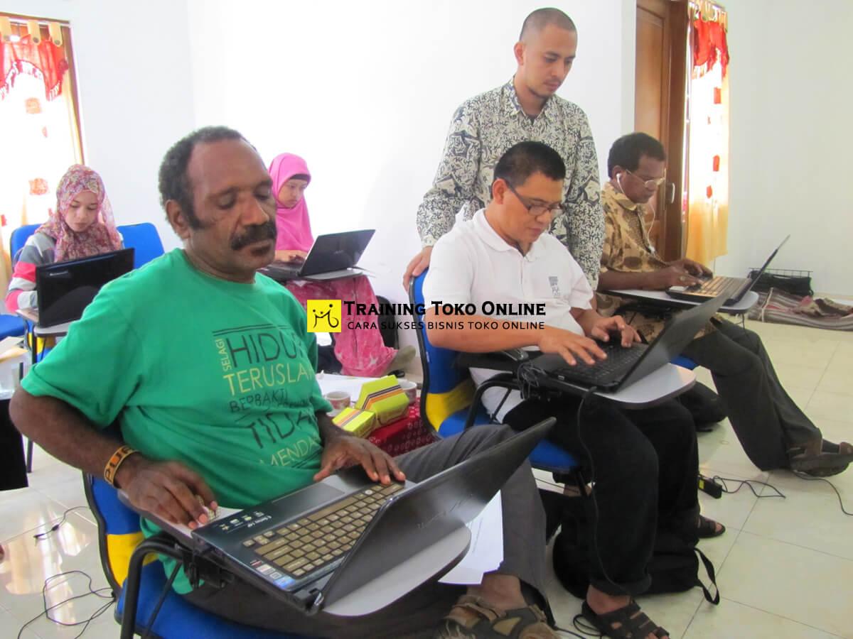 Peserta mempersiapkan konten toko online dengan bantuan trainer