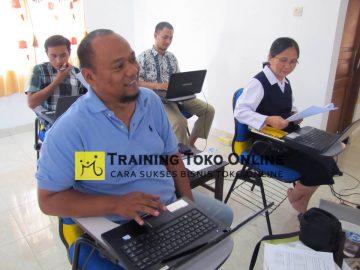 Peserta mempersiapkan konten website toko online