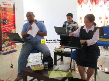 Peserta mengikuti setiap materi training toko online