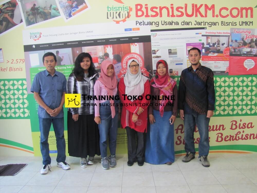 Trainer bersama peserta training toko online